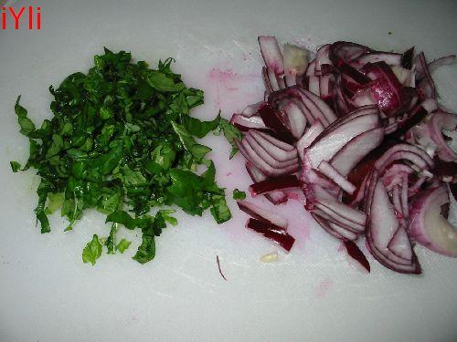 135-3557_IMG onion and basilicum